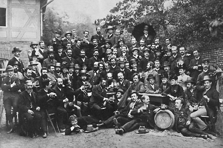 The 1880s were a period of upheaval for the company. A major change was the employee headcount, which skyrocketed to almost 500. The newly recruited mechanics came from all corners of Germany and usually only stayed for a short while. The newly appointed lensmakers, however, came from the local area, were very young and normally dedicated their working lives to the company. From 1884 onwards, apprentices were trained systematically.<br/>(Photo: In memory of the Wartburg castle celebrations of the Knotenbund, Pentecost 1888. Knoten ('lump') was originally the word students used to belittle journeymen. The craftsmen and teachers at Zeiss put a positive spin on this term and named their association the Knotenbund. ZEISS Archives)