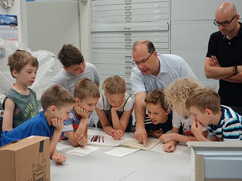 Die Löwen- und Igelkinder der Gemeinschaftsschule Galileo Winzerla erhielten heute von Dr. Wolfgang Wimmer, Leiter des ZEISS Archivs, einen  Einblick in das Leben von Carl Zeiss.
