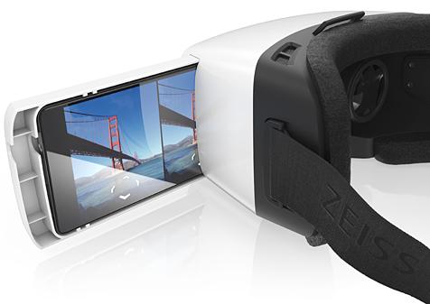 Einfach das Smartphone in die Schublade legen und diese dann in die ZEISS VR ONE Brille stecken.