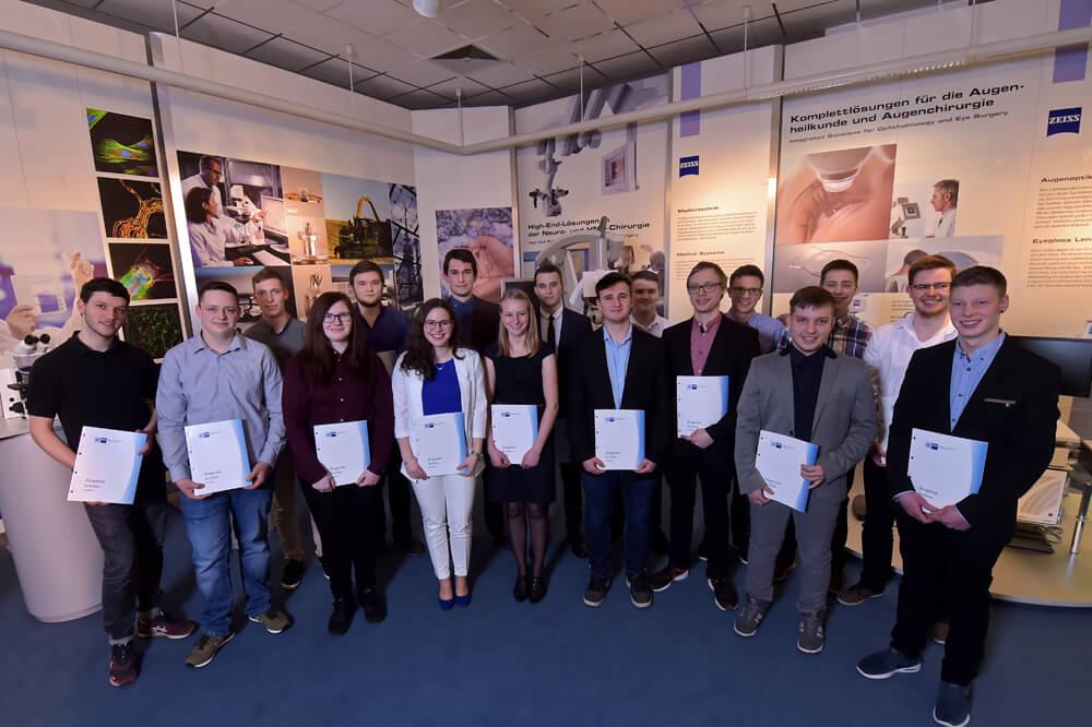 Am 15. März 2018 erhielten 17 junge Menschen bei ZEISS in Jena ihre Ausbildungs- und IHK-Zeugnisse.